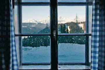 Blick direkt von der Hütte zum Dachsteinmassiv im Winter