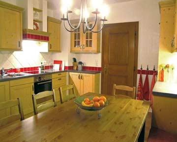 gut ausgestattete Küche mit Esstisch