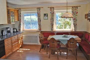 Gut ausgestattete Küche mit weiterem Esstisch