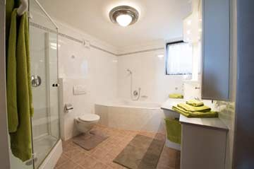 großes Badezimmer im EG