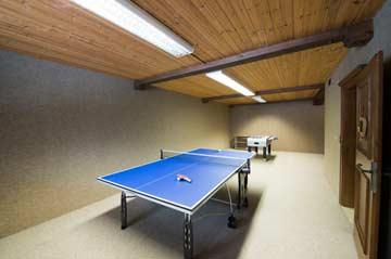 Hobbyraum mit Tischtennis und Kickertisch