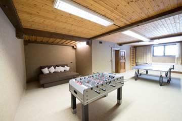 das Sofa im Hobbyraum bietet bei Bedarf zusätzlichen Schlafplatz