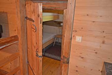 """alte """"Stalltüre"""" als Zugang zu Schlafzimmer 4"""