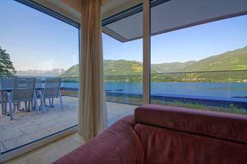 Wohnraum mit Zugang zur Panorama-Sonnenterrasse