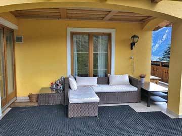 Bequeme Loungemöbel auf der Terrasse