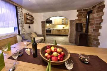 Ferienhaus Obertauern - der Wohnraum mit Durchgang zur Küche