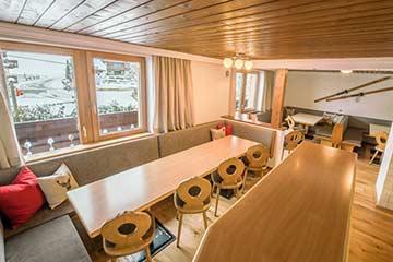 Speise- und Aufenthaltsbereich mit offener Küche