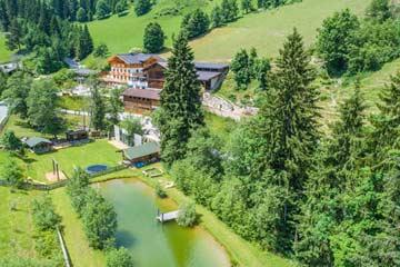 Badeteich auf dem großen Außengelände im Sommer (Das ferienhaus ist nicht auf dem Foto, es liegt etwas abseits neben dem rechten Bildrand)