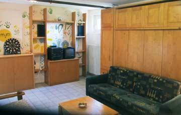 das Party- und Spielzimmer für Kinder im UG mit Schlafmöglichkeiten für 4 Personen in zwei ausklappbaren Schrankbetten