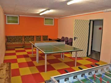 Spieleraum mit Tischtennis und -kicker