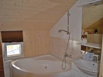 Badezimmer mit Whirl-Badewanne