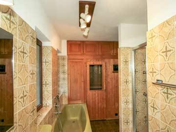 großes Badezimmer im OG mit Badewanne und Sauna