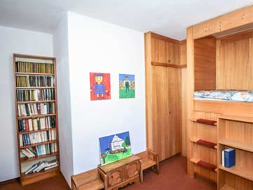 4. Schlafzimmer (OG) mit 2 Alkovenbetten, fl. Wasser und Balkon