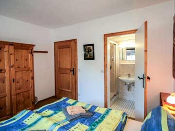 1. Schlafzimmer (EG) mit frz. Doppelbett und DU/ WC