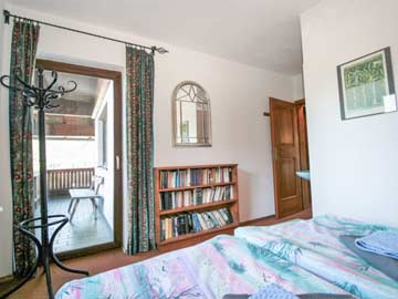 2. Schlafzimmer (OG) mit frz. Doppelbett, fl. Wasser und Balkon