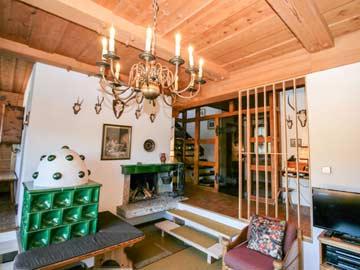 offener Kamin und Ofen mit Ofenbank im Wohnzimmer