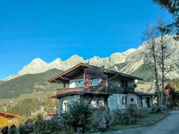 das Ferienhaus vor beeindruckender Bergkulisse
