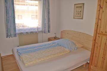 Ferienwohnung Dachstein-Tauern - Blick in die Schlafzimmer (frz. Bett im Familienbereich; Durchgang zu 2-Bett-Zimmer)