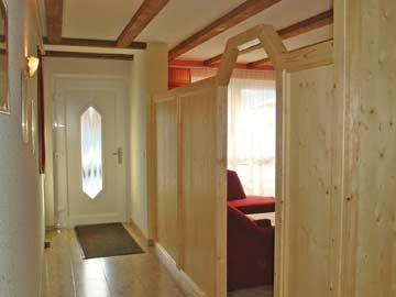 der neu gestaltete Aufenthaltsbereich beim Hauseingang.