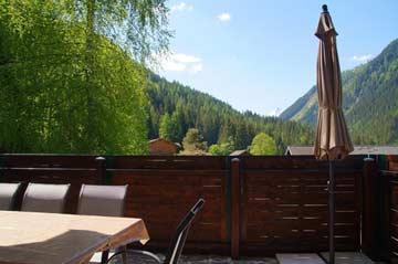 Terrasse mit Aussicht im Sommer