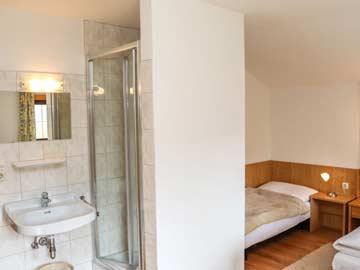 Schlafzimmer mit Dusche im OG (Doppelbett nicht im Bild, Nutzung Einzelbett nach Absprache)
