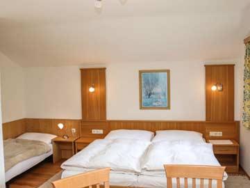 weiteres Bild Schlafzimmer mit Dusche im OG (Doppelbett nicht im Bild, Nutzung Einzelbett nach Absprache)