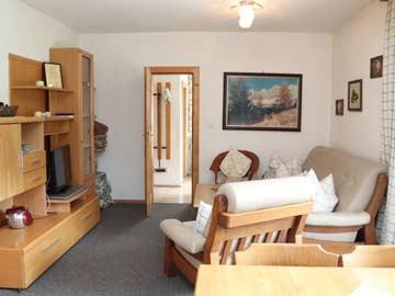 Wohnzimmer mit Sofasitzgruppe und TV ....