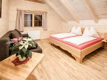 Schlafzimmer mit Doppelbett und Schlafsofa