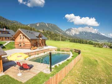 Nachbarhütte mit Naturbadeteich