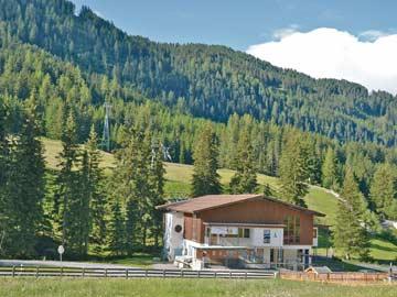 Blick herüber zur Talstation der Bergbahnen im Sommer