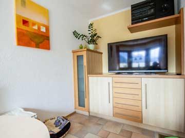 SAT-TV im unteren Wohnraum (mit Küche und Esstisch)