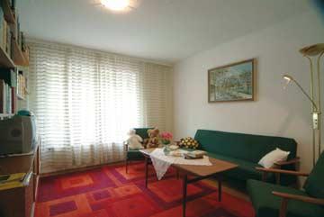 das separate Wohnzimmer (auch als Schlafzimmer nutzbar) mit TV und Internet-PC
