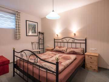 Doppelbett im UG, mit Vorhang angetrennt