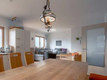 Blick vom Esstisch zum Sofa (inzwischen neu angeschafft; Bild zeigt noch das Vorgängersofa)