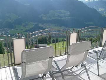 Sonnenbaden auf der Terrasse mit herrlicher Aussicht