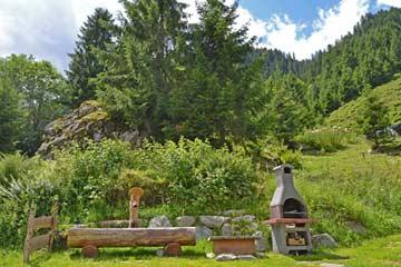 Grill mit einem der schönsten Getränkekühlschränke: dem Hüttenbrunnen