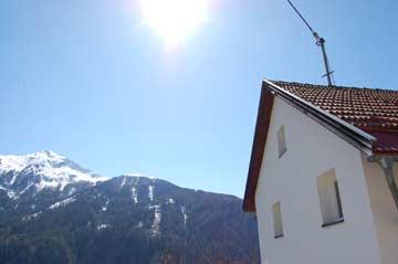 Seitenansicht mit Blick zum Skigebiet Fendels
