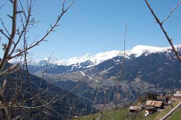 Blick vom Balkon zum Ende der Skisaison herüber nach Ladis (Serfaus-Fiss-Ladis) und auf der Inntal