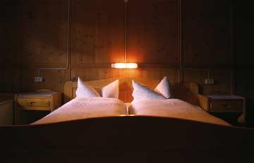 Doppelbett in einem der beiden 4-Bett-Zimmer