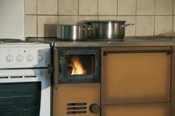der Holzherd sorgt für wohlige Wärme und ermöglicht Kochen wie zu Großmutters Zeiten