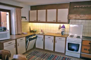 gut ausgestattete Küche, u.a. mit Elektroherd, Holzherd, Backofen, Spülmaschine