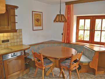 weiterer Esstisch in der Küche - ideal für einen schnellen Kaffee oder ein zünftiges Kartenspiel