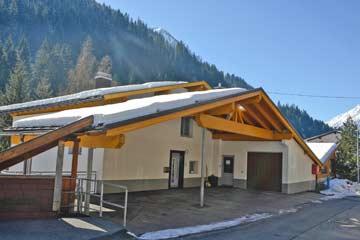 Hauseingang an der Hausrückseite mit Carport