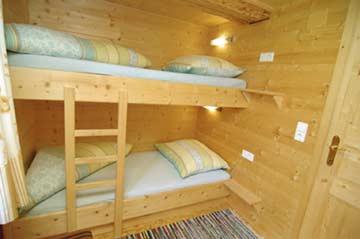 Die natürliche Holzbauweise sorgt für angenehme Wohlfühlatmosphäre