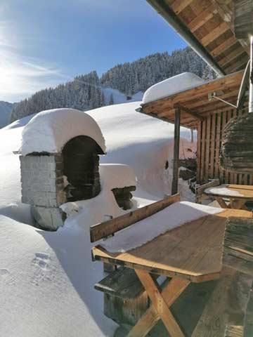 die Grillterrasse bei Neuschnee