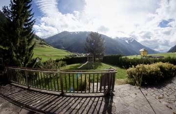 Terrasse und Garten im Sommer