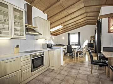 Geräumiger, heller Wohnraum mit offener Küche