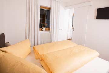 Durchgangszimmer mit Schiebetür zum Schlafzimmer