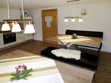 Moderne Wohnküche mit Esstischen für die ganze Gruppe