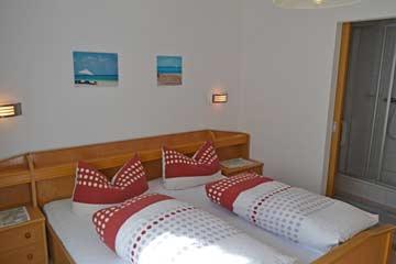 nochmals Schlafzimmer 1 (rechts am Bildrand sieht man das eigene Badezimmer)